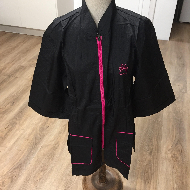 c6142 - All Dog Trimschort, gecentreerd, opstaand kraagje, zwart met roze rits