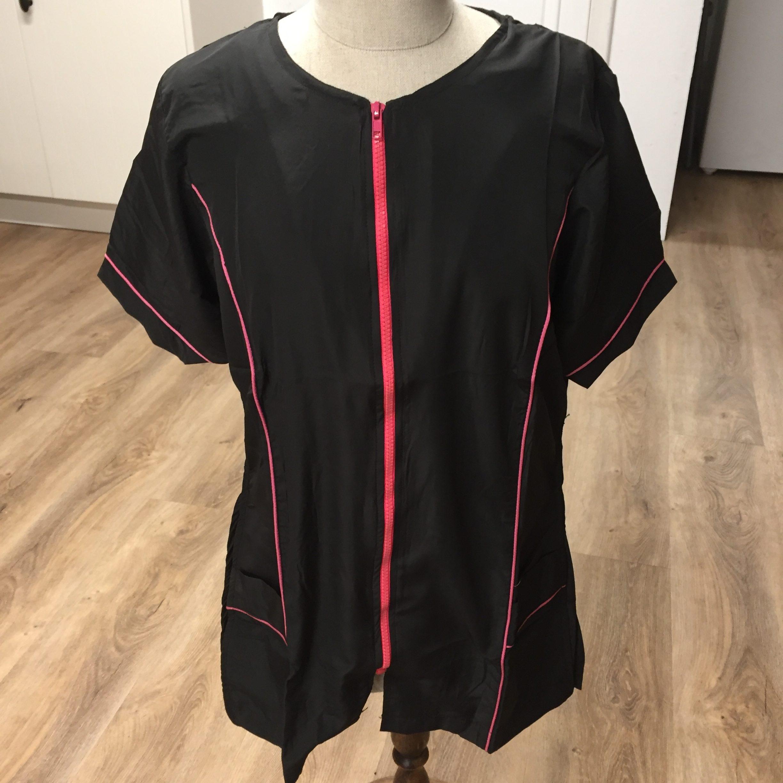 c6145 - All Dog Trimschort, gecentreerd, ronde hals, zwart met roze rits
