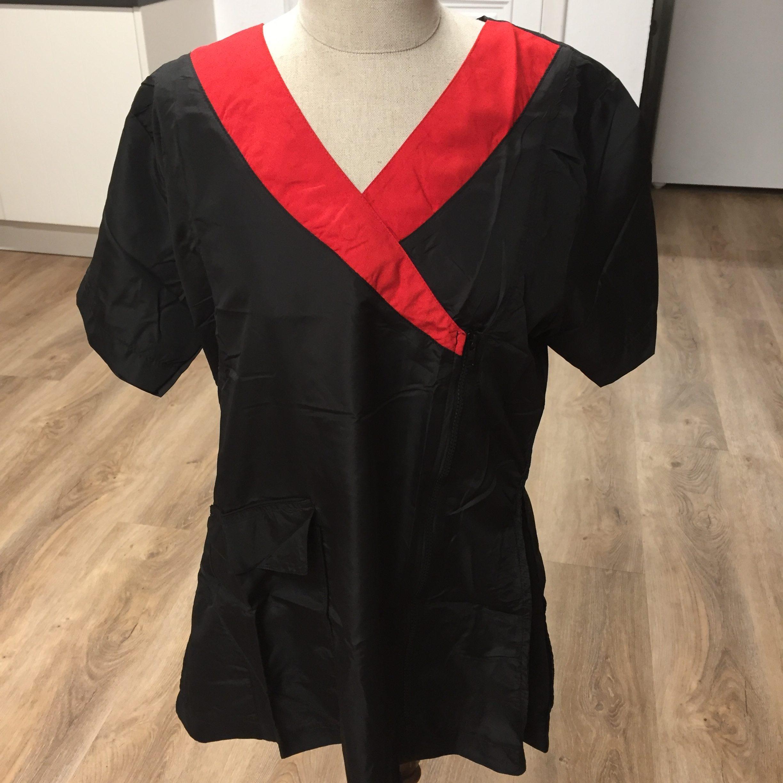 c6146 - All Dog Trimschort, gecentreerd, zwart met rode V hals